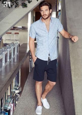 Cómo combinar unas zapatillas slip-on de lona blancas: Empareja una camisa de manga corta a lunares gris con unos pantalones cortos azul marino para una vestimenta cómoda que queda muy bien junta. Zapatillas slip-on de lona blancas son una opción atractiva para complementar tu atuendo.