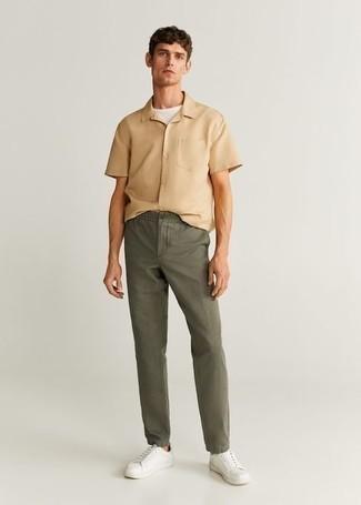 Cómo combinar una camisa de manga corta marrón claro: Empareja una camisa de manga corta marrón claro con un pantalón chino verde oliva para un look diario sin parecer demasiado arreglada. Tenis de lona blancos son una opción incomparable para complementar tu atuendo.