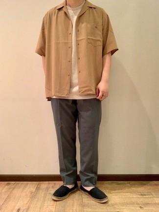 Cómo combinar unas alpargatas: Equípate una camisa de manga corta marrón claro con un pantalón chino en gris oscuro para conseguir una apariencia relajada pero elegante. Alpargatas son una opción excelente para complementar tu atuendo.