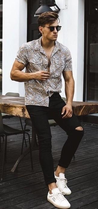 Cómo combinar: camisa de manga corta estampada marrón, vaqueros pitillo desgastados negros, tenis de lona blancos, gafas de sol negras