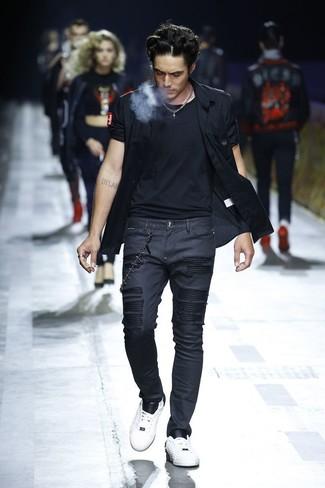 Cómo combinar: camisa de manga corta negra, camiseta con cuello circular negra, vaqueros pitillo negros, tenis de cuero blancos
