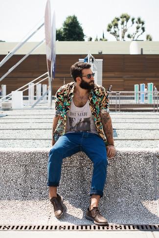 Cómo combinar: camisa de manga corta con print de flores negra, camiseta sin mangas estampada gris, vaqueros azules, zapatos derby de cuero marrónes