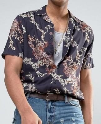 Cómo combinar: camisa de manga corta con print de flores negra, camiseta sin mangas gris, vaqueros desgastados azules, correa de cuero en marrón oscuro