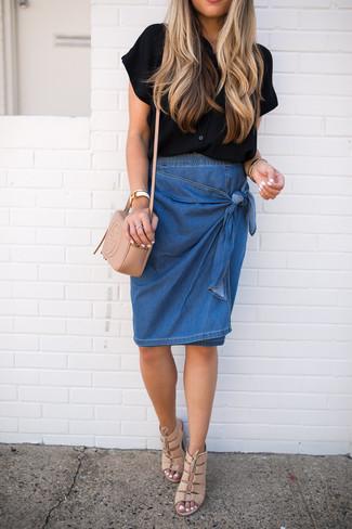 Cómo combinar una falda lápiz vaquera azul: Empareja una camisa de manga corta negra con una falda lápiz vaquera azul para lograr un estilo informal elegante. Sandalias de tacón de cuero en beige son una opción inmejorable para completar este atuendo.