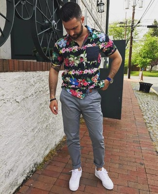 Cómo combinar: camisa de manga corta con print de flores negra, pantalón chino gris, tenis blancos, reloj de cuero azul
