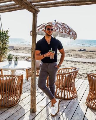 Cómo combinar: camisa de manga corta negra, pantalón chino de rayas verticales gris, tenis de cuero blancos, gafas de sol en marrón oscuro