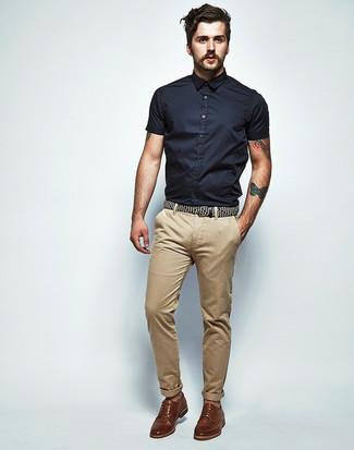 Cómo combinar: camisa de manga corta negra, pantalón chino marrón claro, zapatos derby de cuero marrónes
