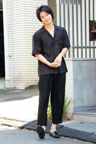 Cómo combinar una camisa de manga corta negra: Para crear una apariencia para un almuerzo con amigos en el fin de semana casa una camisa de manga corta negra junto a un pantalón chino negro. ¿Te sientes valiente? Elige un par de mocasín de cuero negro.