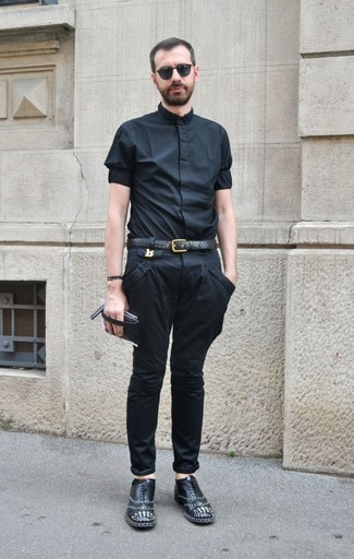 Cómo combinar: camisa de manga corta negra, pantalón chino negro, zapatos oxford de cuero con tachuelas negros, correa de cuero negra