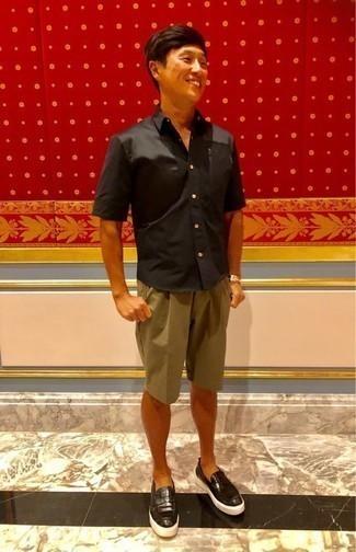Cómo combinar una camisa de manga corta negra: Para un atuendo que esté lleno de caracter y personalidad ponte una camisa de manga corta negra y unos pantalones cortos marrón claro. Con el calzado, sé más clásico y elige un par de mocasín de cuero negro.