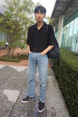 Cómo combinar una camisa de manga corta negra: Elige una camisa de manga corta negra y unos vaqueros celestes para una vestimenta cómoda que queda muy bien junta. Tenis de lona en negro y blanco son una opción estupenda para complementar tu atuendo.