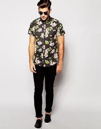 Cómo combinar: camisa de manga corta con print de flores negra, vaqueros pitillo negros, zapatillas slip-on de cuero negras, gafas de sol negras