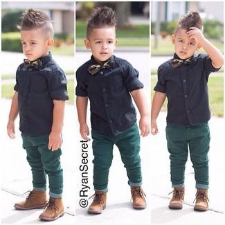 Cómo combinar: camisa de manga corta negra, vaqueros verdes, botas marrón claro, corbatín verde oscuro