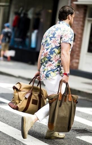 Cómo combinar una bolsa tote de lona verde oliva: Empareja una camisa de manga corta con print de flores azul con una bolsa tote de lona verde oliva para un look agradable de fin de semana. Elige un par de botas safari de ante en beige para mostrar tu inteligencia sartorial.