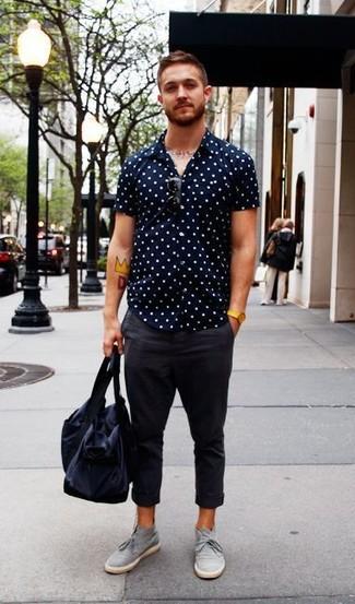 Cómo combinar: camisa de manga corta a lunares en azul marino y blanco, pantalón chino en gris oscuro, botas safari de ante grises, bolso baúl de lona azul marino