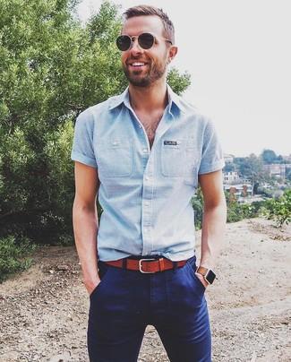 Cómo combinar: camisa de manga corta de rayas verticales celeste, pantalón chino azul marino, correa de cuero en tabaco, gafas de sol negras