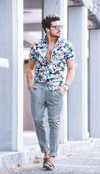 Cómo combinar: camisa de manga corta con print de flores azul, pantalón chino de lana gris, mocasín con borlas de cuero marrón, gafas de sol en turquesa