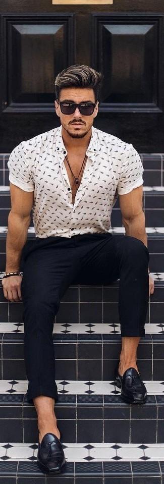 Cómo combinar: camisa de manga corta estampada blanca, pantalón chino negro, mocasín con borlas de cuero negro, gafas de sol negras