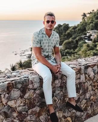 Cómo combinar: camisa de manga corta estampada gris, pantalón chino blanco, mocasín con borlas de ante negro, gafas de sol en marrón oscuro