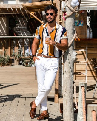 Cómo combinar: camisa de manga corta de rayas verticales en multicolor, pantalón chino blanco, mocasín con borlas de cuero marrón, correa de cuero marrón