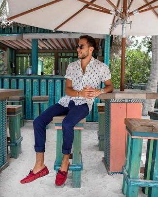 Cómo combinar: camisa de manga corta estampada blanca, pantalón chino azul marino, mocasín de cuero rojo, gafas de sol negras