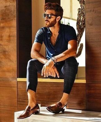 Cómo combinar un mocasín de cuero marrón: Utiliza una camisa de manga corta azul marino y un pantalón chino a cuadros azul marino para lidiar sin esfuerzo con lo que sea que te traiga el día. Con el calzado, sé más clásico y usa un par de mocasín de cuero marrón.
