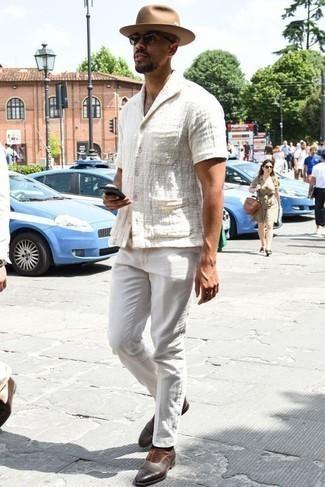 Cómo combinar unas gafas de sol verde oscuro para hombres de 30 años: Emparejar una camisa de manga corta blanca con unas gafas de sol verde oscuro es una opción muy buena para el fin de semana. ¿Te sientes valiente? Usa un par de mocasín de cuero en marrón oscuro.