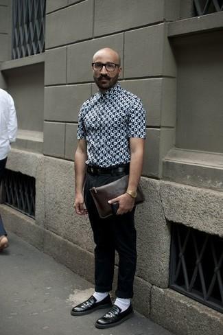 Cómo combinar unos calcetines: Emparejar una camisa de manga corta estampada gris junto a unos calcetines es una opción grandiosa para el fin de semana. Opta por un par de mocasín de cuero negro para mostrar tu inteligencia sartorial.