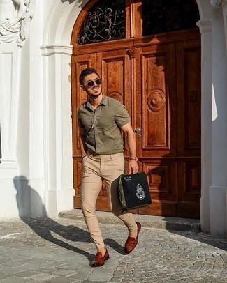 Cómo combinar un pantalón chino marrón claro: Intenta combinar una camisa de manga corta verde oliva con un pantalón chino marrón claro para una vestimenta cómoda que queda muy bien junta. Opta por un par de mocasín de cuero marrón para mostrar tu inteligencia sartorial.