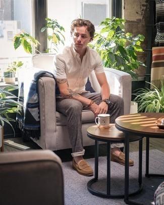 Cómo combinar un pantalón chino gris: Intenta ponerse una camisa de manga corta blanca y un pantalón chino gris para conseguir una apariencia relajada pero elegante. Complementa tu atuendo con mocasín de ante marrón para mostrar tu inteligencia sartorial.