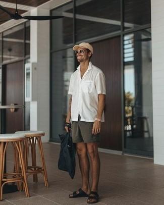 Cómo combinar una camisa: Elige una camisa y un pantalón chino en gris oscuro para una apariencia fácil de vestir para todos los días. Sandalias de cuero negras añaden un toque de personalidad al look.
