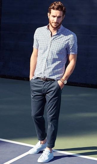 Para un atuendo que esté lleno de caracter y personalidad equípate una camisa de manga corta de cuadro vichy en azul marino y blanco junto a unos pantalones. Tenis blancos son una sencilla forma de complementar tu atuendo.