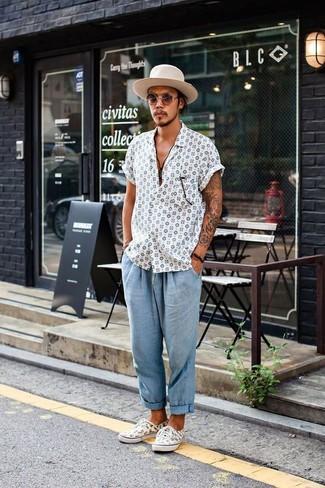 Cómo combinar: camisa de manga corta estampada blanca, pantalón chino de seersucker celeste, tenis estampados blancos, sombrero de lana en beige