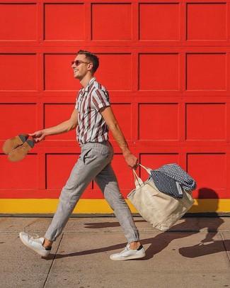 Cómo combinar: camisa de manga corta de rayas verticales en blanco y rojo, pantalón chino de lino en beige, tenis de cuero blancos, bolsa tote de lona en beige