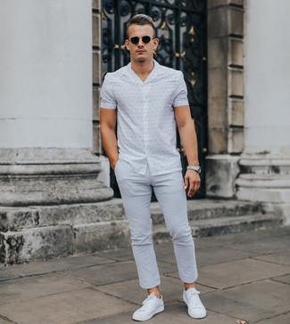 Cómo combinar: camisa de manga corta estampada blanca, pantalón chino gris, tenis blancos, gafas de sol negras