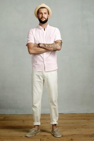Cómo combinar: camisa de manga corta rosada, pantalón chino blanco, tenis de lona verde oliva, sombrero de paja marrón claro