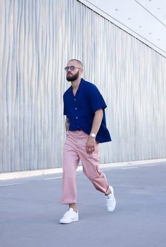 Cómo combinar una camisa de manga corta azul: Para crear una apariencia para un almuerzo con amigos en el fin de semana elige una camisa de manga corta azul y un pantalón chino rosado. Tenis de cuero blancos son una opción muy buena para completar este atuendo.