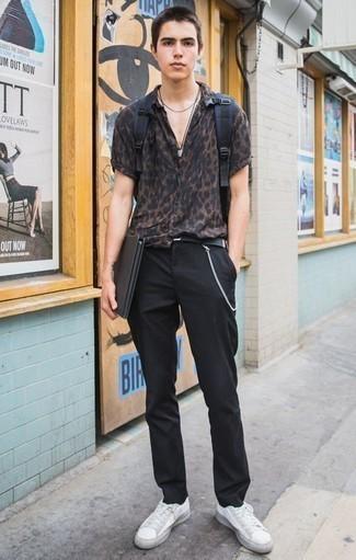 Cómo combinar un pantalón chino negro para hombres adolescentes: Ponte una camisa de manga corta de leopardo en marrón oscuro y un pantalón chino negro para un look diario sin parecer demasiado arreglada. Tenis de lona blancos son una sencilla forma de complementar tu atuendo.