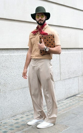 Cómo combinar un pantalón chino en beige: Casa una camisa de manga corta marrón claro con un pantalón chino en beige para un almuerzo en domingo con amigos. Tenis de lona blancos son una opción inmejorable para complementar tu atuendo.