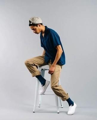 Cómo combinar una gorra de béisbol: Casa una camisa de manga corta azul marino con una gorra de béisbol para un look agradable de fin de semana. ¿Te sientes valiente? Haz tenis de lona blancos tu calzado.