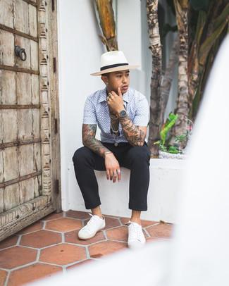 Cómo combinar un pantalón chino de rayas verticales negro: Intenta combinar una camisa de manga corta estampada en blanco y azul con un pantalón chino de rayas verticales negro para un look diario sin parecer demasiado arreglada. Tenis de lona blancos son una opción estupenda para complementar tu atuendo.