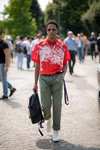 Cómo combinar: camisa de manga corta con print de flores roja, pantalón chino verde oliva, zapatillas altas blancas, mochila de cuero en negro y blanco
