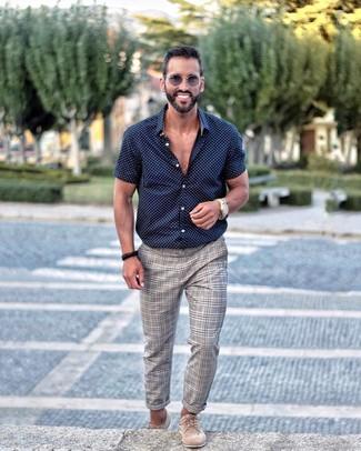 Cómo combinar: camisa de manga corta a lunares en azul marino y blanco, pantalón chino de tartán gris, zapatos derby de ante en beige, gafas de sol grises