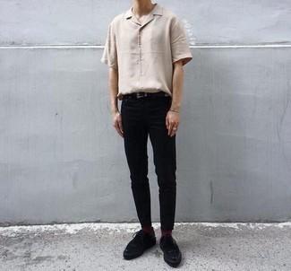 Cómo combinar unos zapatos derby de ante negros: Empareja una camisa de manga corta en beige con un pantalón chino negro para cualquier sorpresa que haya en el día. Opta por un par de zapatos derby de ante negros para mostrar tu inteligencia sartorial.
