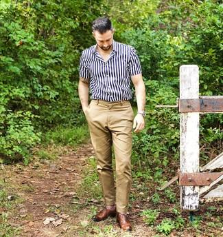 Cómo combinar: camisa de manga corta de rayas verticales en azul marino y blanco, pantalón chino marrón claro, zapatos oxford de cuero marrónes, reloj de cuero en beige