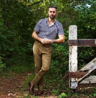 Cómo combinar: camisa de manga corta de rayas verticales en azul marino y blanco, pantalón chino marrón claro, zapatos oxford de cuero marrónes, reloj plateado
