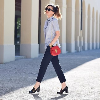 Cómo combinar: camisa de manga corta celeste, pantalón de pinzas azul marino, zapatos de tacón de cuero negros, bolso bandolera de cuero rojo