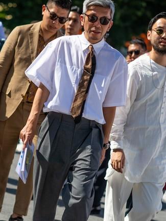 Cómo combinar: camisa de manga corta blanca, pantalón de vestir gris, corbata de rayas horizontales marrón, gafas de sol en marrón oscuro