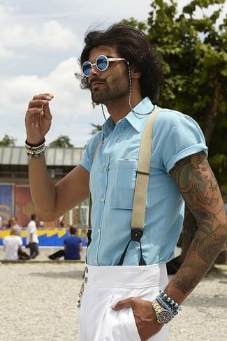 Cómo combinar: camisa de manga corta celeste, pantalón de vestir blanco, gafas de sol azules, tirantes en beige