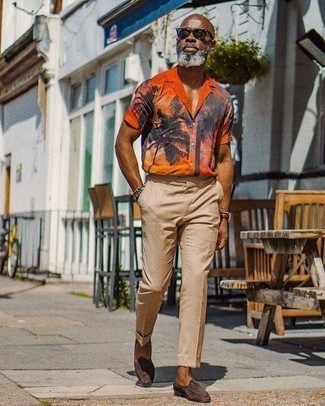Cómo combinar un pantalón de vestir marrón claro: Usa una camisa de manga corta estampada naranja y un pantalón de vestir marrón claro para las 8 horas. Mocasín de ante en marrón oscuro añaden la elegancia necesaria ya que, de otra forma, es un look simple.